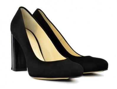 Офисная обувь должна быть очень удобной и не вызывающей. Цвет туфель может  быть в одной цветовой гамме с костюмом или немного темнее. fb816066dd6
